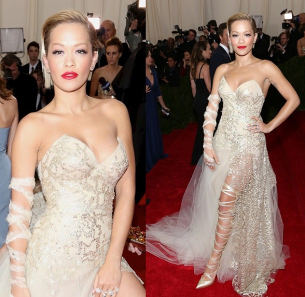 rita ora lace up strappy pumps met gala 2014 2 horz 610x594 Najhoršie šaty na Met Ball