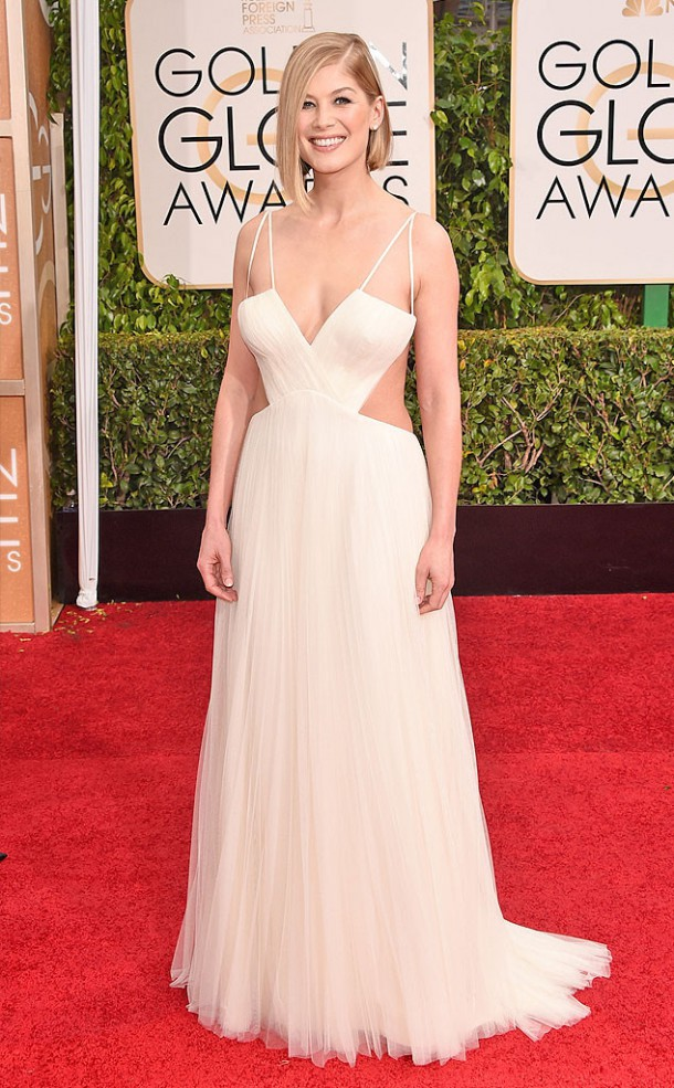 rs 634x1024 150111144551 634.Rosamund Pike Golden Globes Red Carpet 011115 610x985 Zlaté Glóbusy 2015