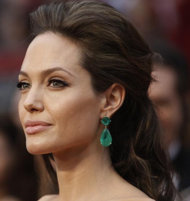 angelina jolie earrings edited 1 610x645 Najdrahšie šaty a šperky na Oscaroch
