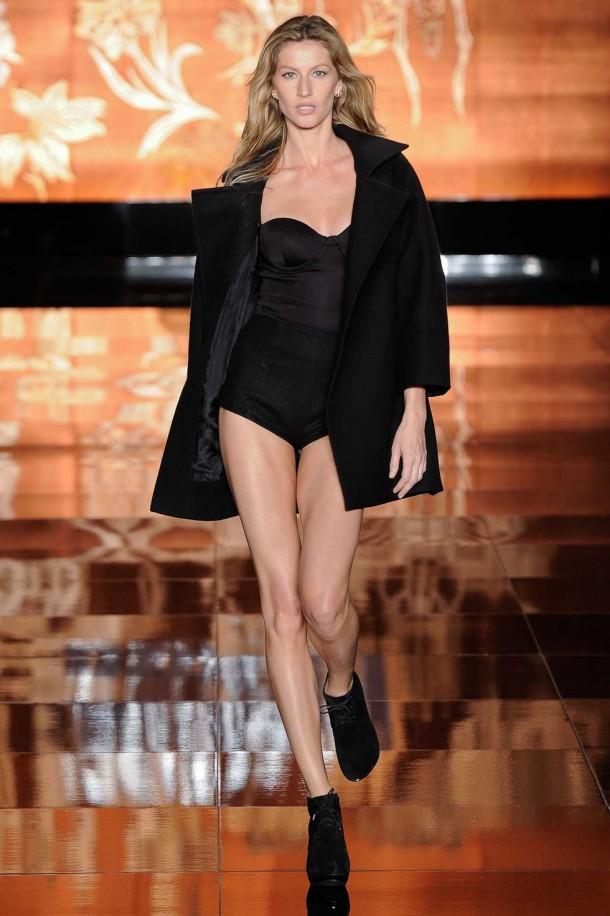 gisele bundchen catwalk pics at sao paulo fashion week fall 05 610x916 Gisele Bündchen odchádza z prehliadkových mól