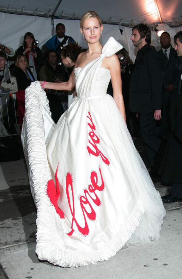 Karolina Kurkova 2005 Met Gala I Love You Chanel dress.jpg 610x935 Najhoršie šaty na Met Ball