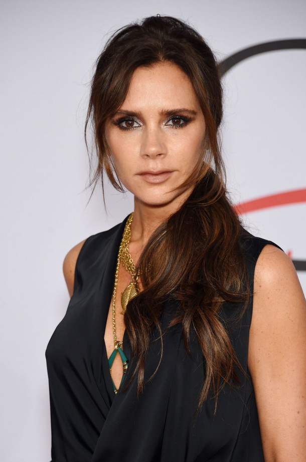 victoria beckham 2015 cfda fashion awards in new york city 5 610x922 Victoria Beckham predstavila novú kolekciu