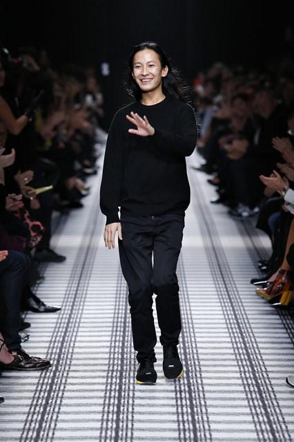 00380h 426x639 Alexander Wang opúšťa módny dom Balenciaga