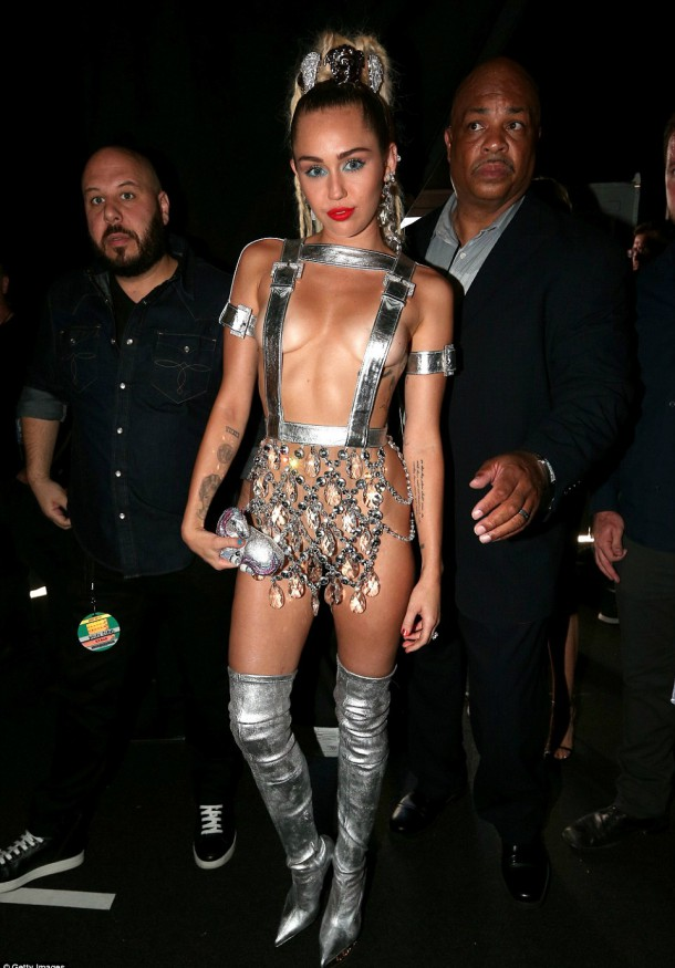 2BD20AF400000578 3216612 Space age The Party In The USA hitmaker was not afraid to show o a 116 1440993383909 610x875 Módny (s)hit: Miley Cyrus na MTV VMA 2015