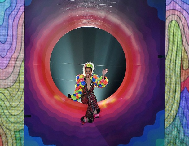 2BD2EE3800000578 3216612 Grand entrance Miley made sure to add a psychedelic touch to the a 96 1440993383795 610x471 Módny (s)hit: Miley Cyrus na MTV VMA 2015