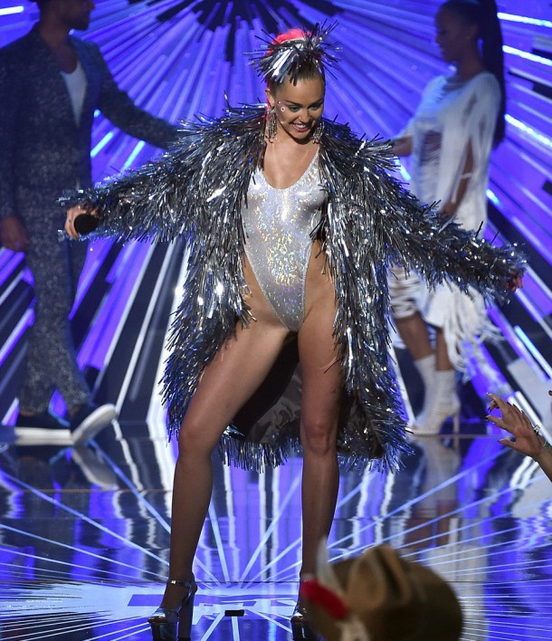2BD335F000000578 3216612 Shimmy Miley shook off her festive coat a 124 1440993384500 610x708 Módny (s)hit: Miley Cyrus na MTV VMA 2015