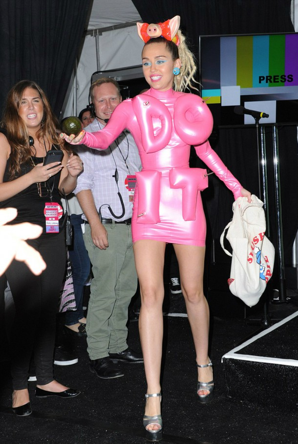 2BD3BA2B00000578 3216612 image a 211 1440998010774 610x908 Módny (s)hit: Miley Cyrus na MTV VMA 2015
