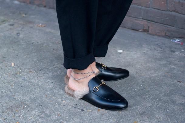 street style london fashion week 2015 lfw 2 610x406 Trend sezóny: Gucci topánky lemované kožušinou z kengury