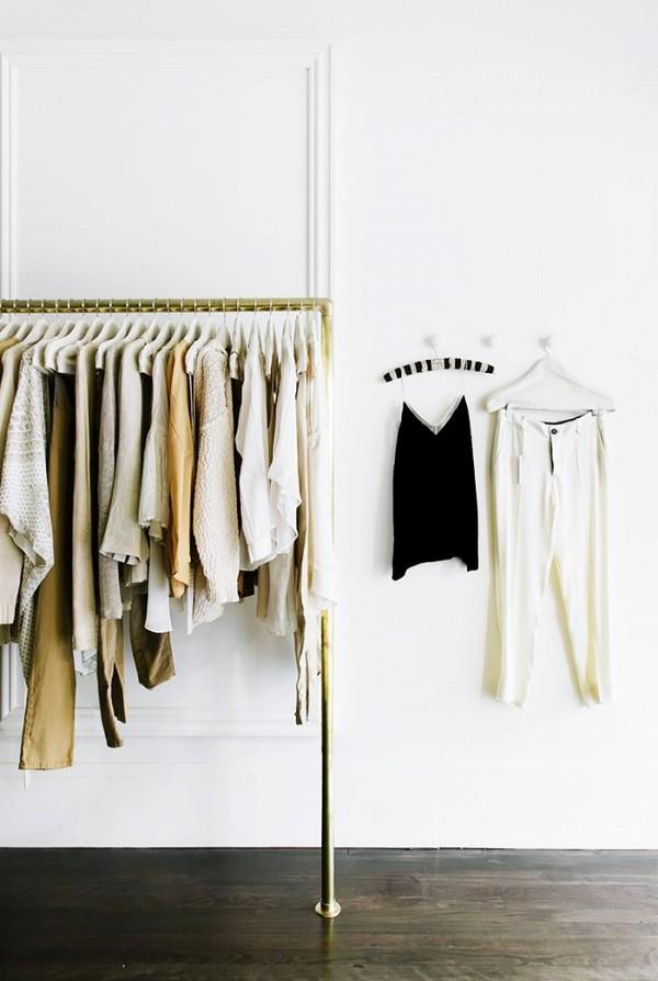 11 closet ideas for the minimalist girl 1578342.600x0c1 10 tipov ako si zariadiť šatník v minimalistickom štýle