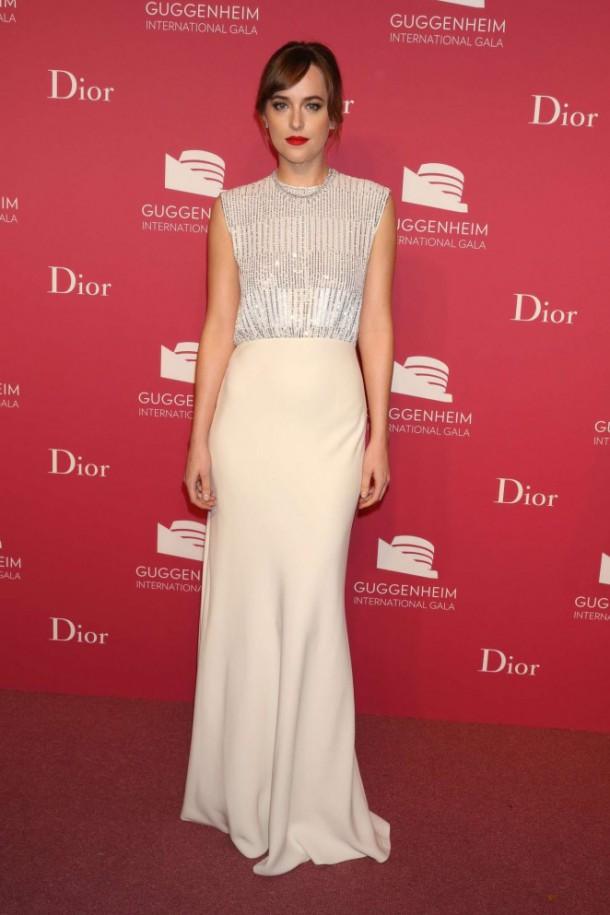 Dakota Johnson 2015 Guggenheim International Gala Dinner 17 662x993 610x915 Najlepšie a najhoršie outfity týždňa