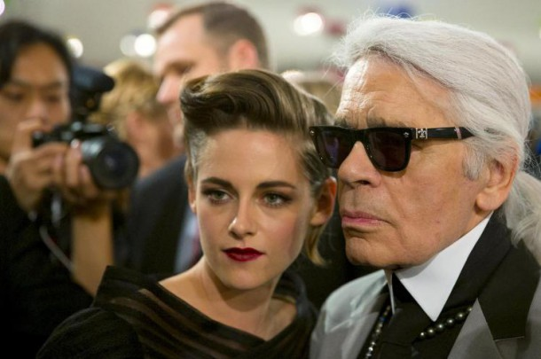 designer lagerfeld poses for pictures with u s actress kristen stewart after chanel cruise collection 201516 fashion show in seoul 610x405 Kristen Stewart ako Coco Chanel
