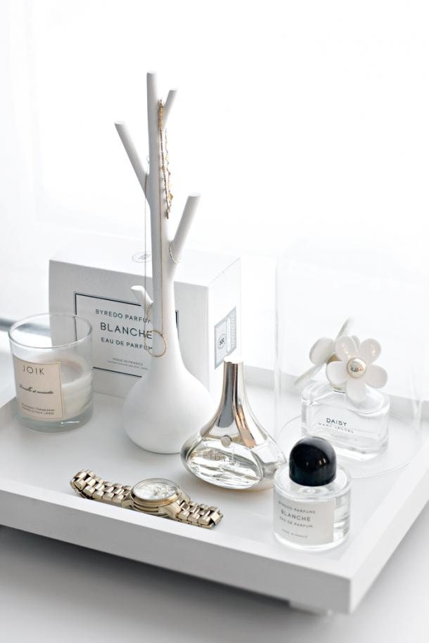 parfume tray 610x915 10 tipov ako si zariadiť šatník v minimalistickom štýle