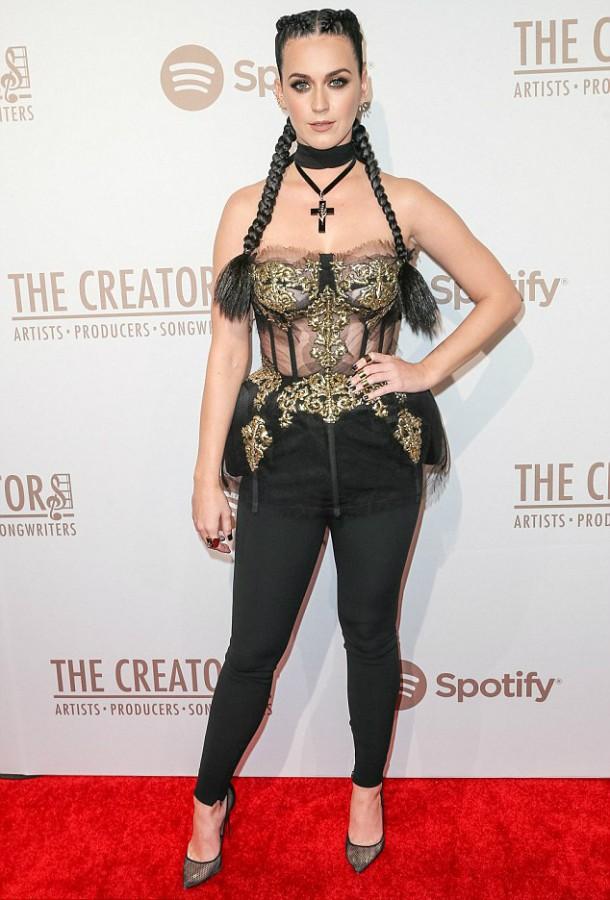 31301E9D00000578 0 image a 190 1455432235444 610x900 Módny (s)hit: Rihanna a Katy Perry