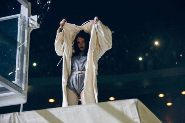 Rihanna Anti Tour 2016 Outfits05 610x406 Štýl neštýl: Rihanna na Anti Tour