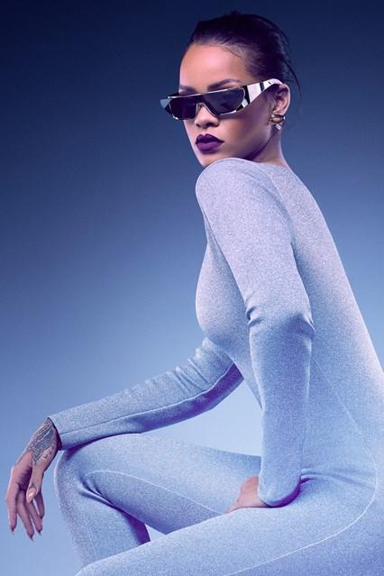 RIHANNA SILVER FULL vogue 26may16 pr b 426x639 Rihanna opäť navrhovala
