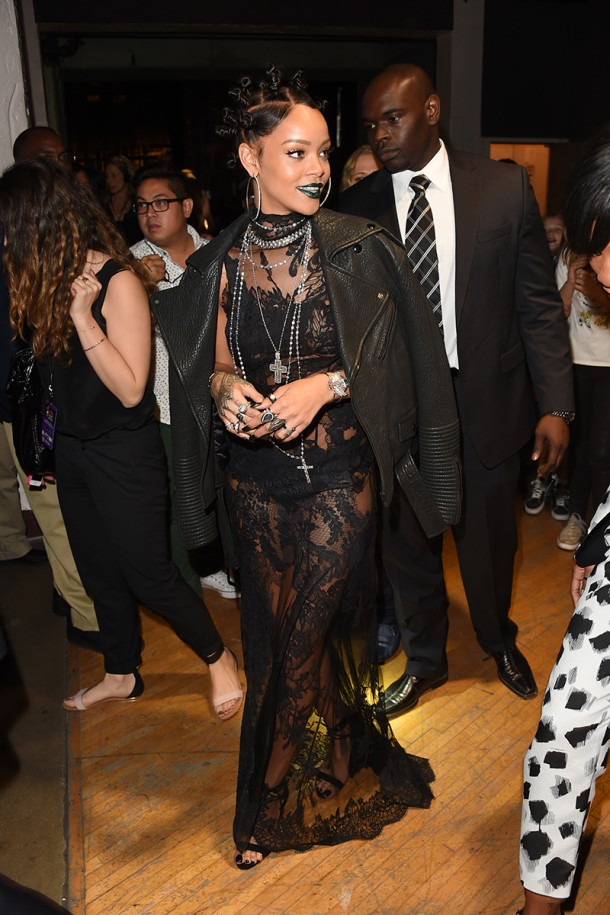 5502a76e825f9   elle 06 rihanna v 610x915 Naj outfity: Rihanna