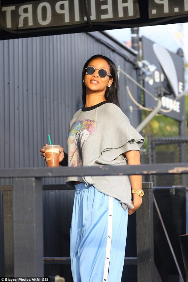 37D9341100000578 3771778 image a 9 1472862000664 610x915 Módny (s)hit: Rihanna