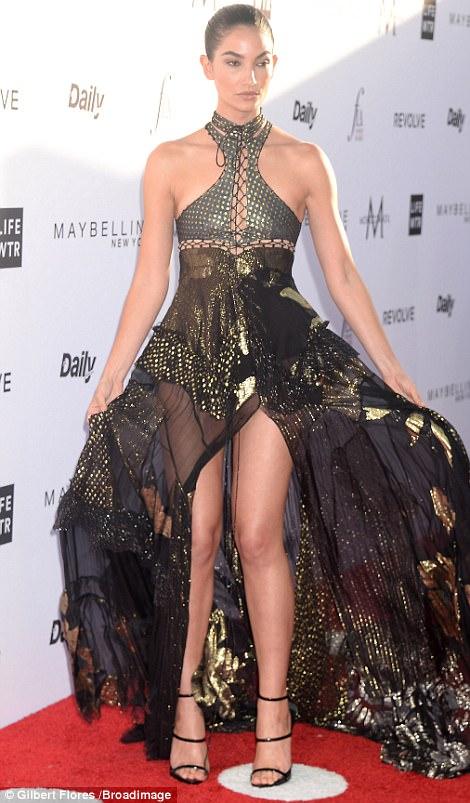 3EE2C7D100000578 4374306 image m 157 1491207792859 Kim Kardashian na Fashion Awards v L.A.