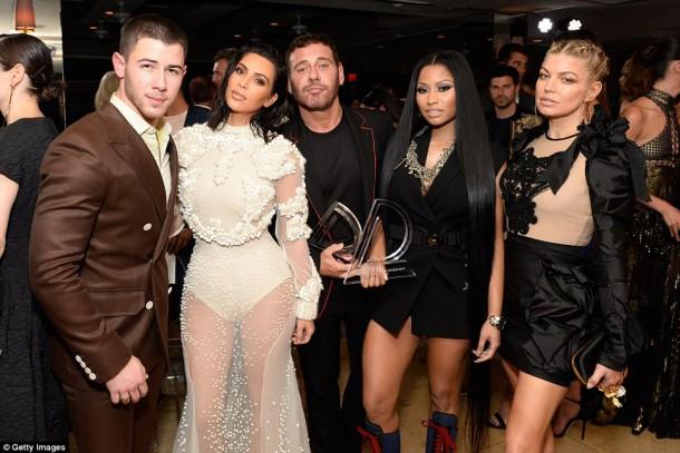 3EE33A9400000578 4374306 image m 16 1491210979710 610x407 Kim Kardashian na Fashion Awards v L.A.