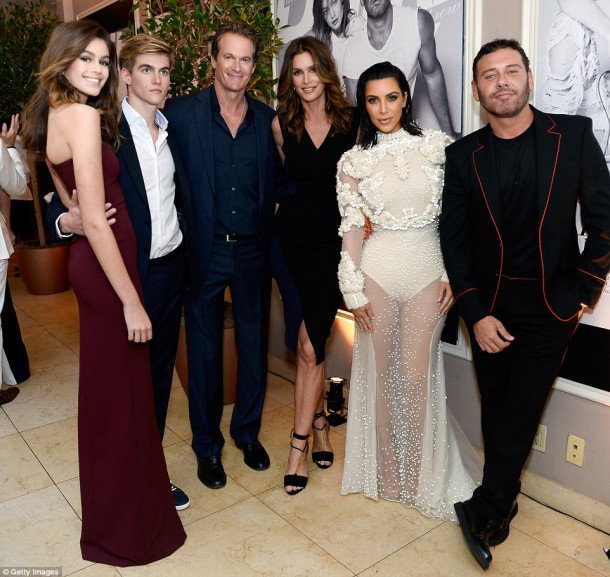 3EE36E6B00000578 4374306 image m 145 1491212496860 610x577 Kim Kardashian na Fashion Awards v L.A.