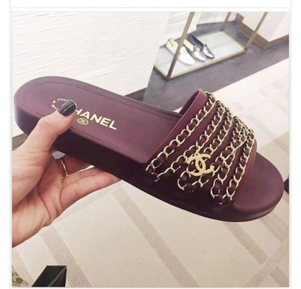 m9hz43 l 610x610 shoes chanel sandals slippers maroon gold1 Tip na leto: šľapky