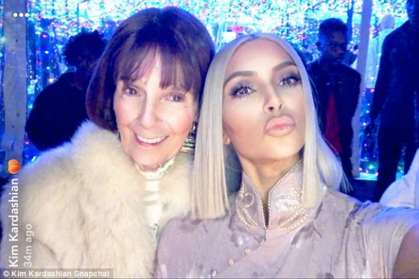 4790B84600000578 5216017 Strike a pose The mother of two wore her platinum blonde tresses m 102 1514404885534 610x406 Kim Kardashian recykluje
