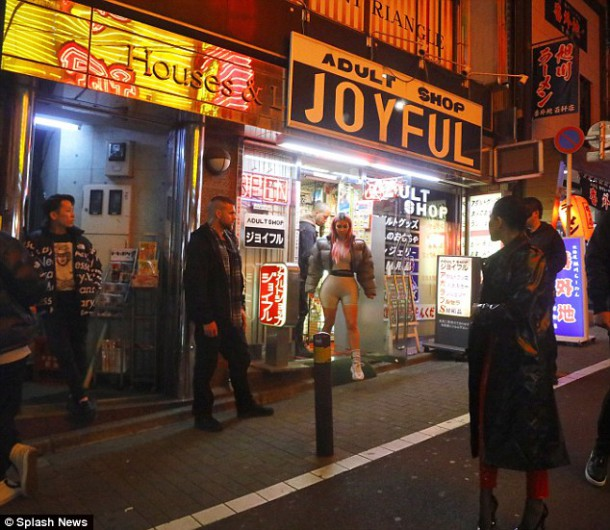 49A25EF400000578 5441449 XXX After dinner they hit the red light district Kim was seen ex a 9 1519752919612 610x530 Módny (s)hit: Kim Kardashian