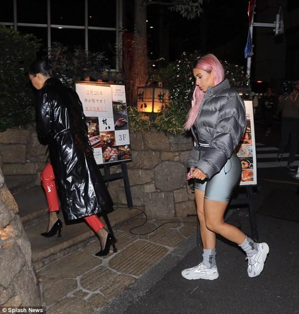 49A25F7000000578 5441449 Keanu someone took your coat The workout addict added a long bla a 8 1519752915896 610x640 Módny (s)hit: Kim Kardashian