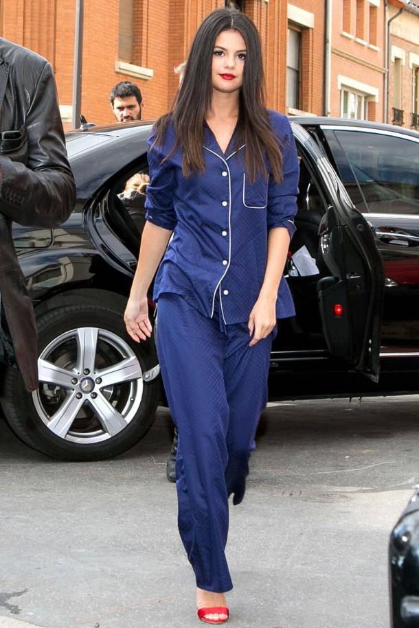 Selena Gomez 610x915 Svetové modelky a pyžamové looky v bežnom dni!