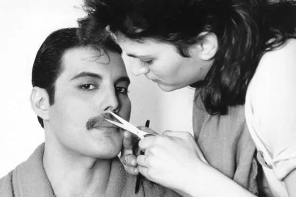 freddie mercury fuzy 610x406 Freddie Mercury a jeho neobyčajný štýl