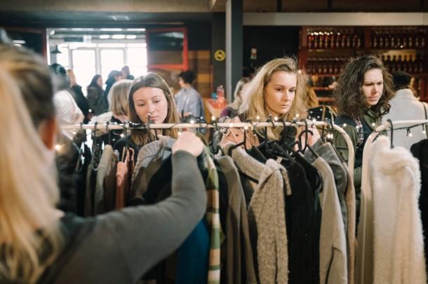 Lubo Baran SWAP KC Dunaj 27 1 2019 INSTA 019 610x406 Chceš zadarmo vymeniť staré oblečenie za nové? Swap je riešenie.