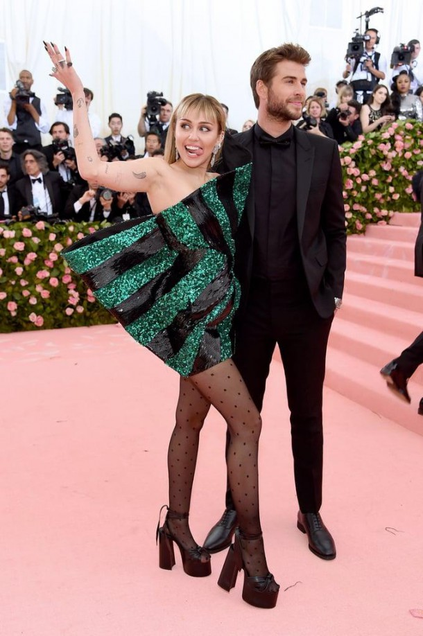 05 StajlSK Met Gala2019 Miley CyrusLiam Hemsworth 610x918 Kto zažiaril a kto práve naopak? Outfity Met Gala 2019