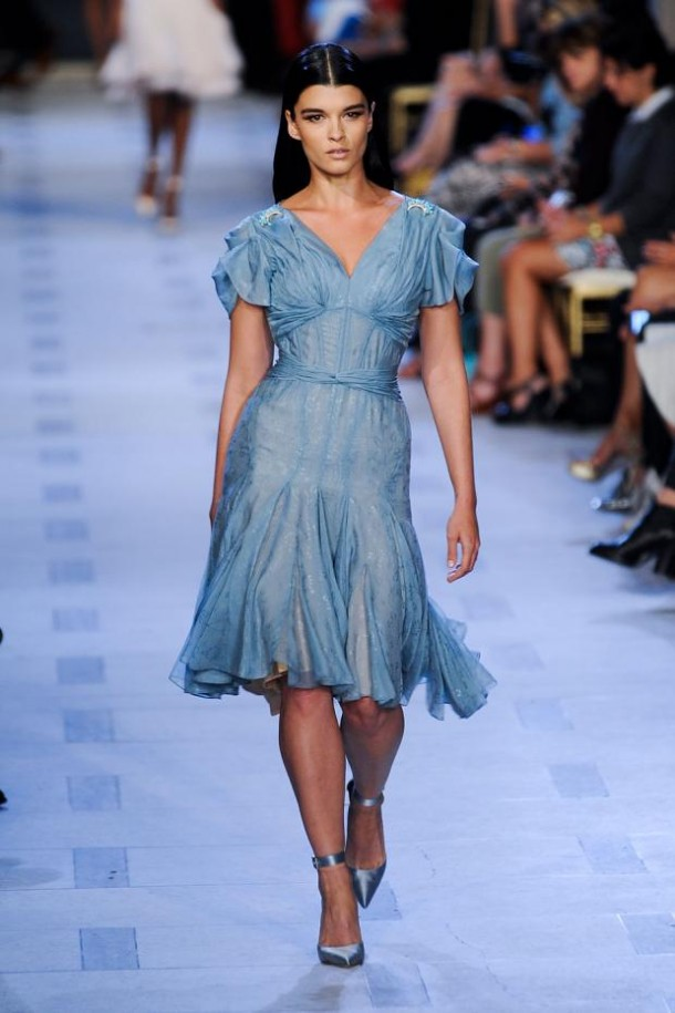 zac posen spring summer 2013 nyfw15 610x915 New York Fashion Week sa začal. Sledujte ho s nami. Časť 1.