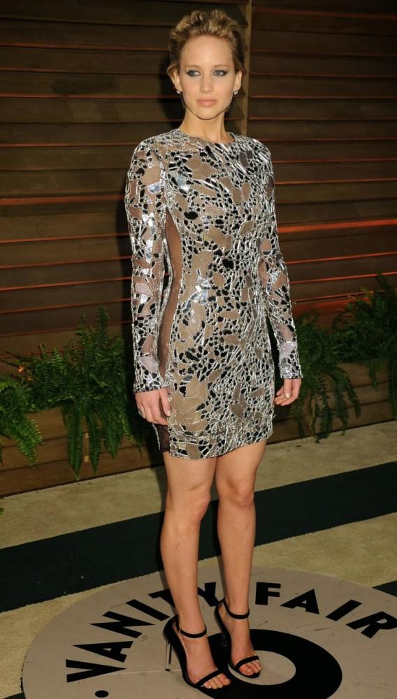 Jennifer Lawrence Oscar 2014 Vanity Fair Party 04 568x1000 Najlepšie a najhoršie outfity týždňa /Oscary 2014/