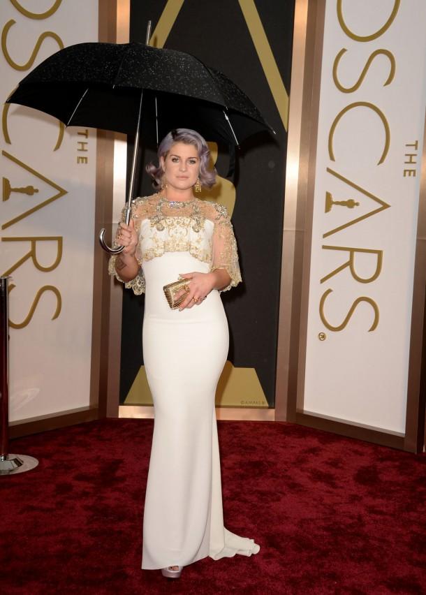 kelly osbourne wearing badgley mischka dress 2014 oscars 1 610x852 Najlepšie a najhoršie outfity týždňa /Oscary 2014/