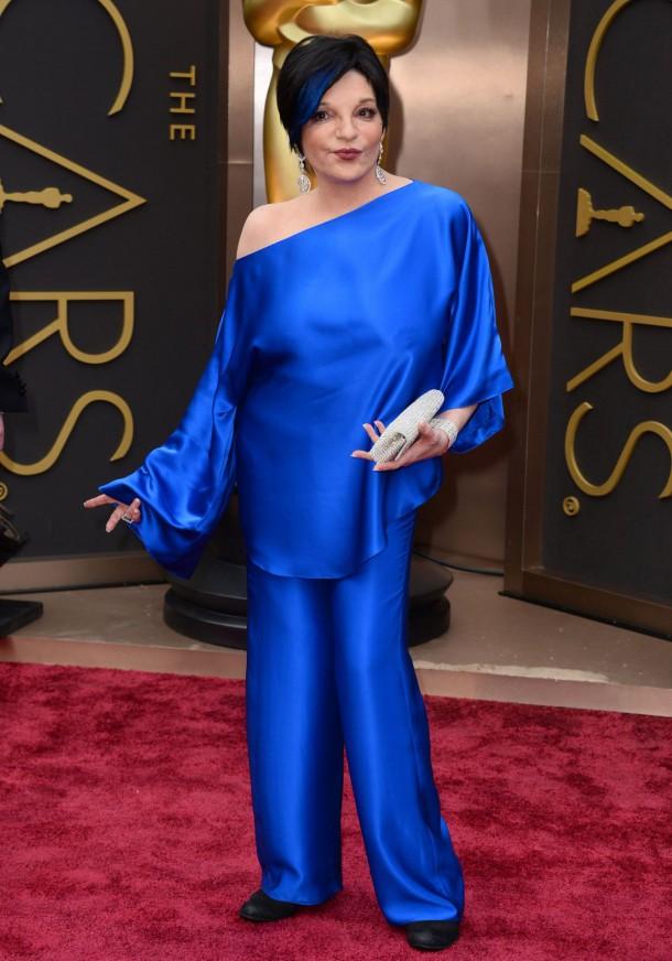 liza minnelli in a cobalt blue pantsuit 2014 oscars 1 610x872 Najlepšie a najhoršie outfity týždňa /Oscary 2014/