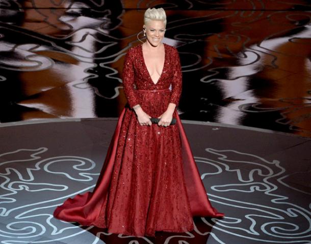 pink oscars 2014 performance covergirl Najlepšie a najhoršie outfity týždňa /Oscary 2014/