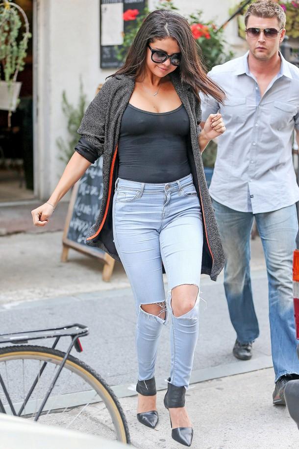 Selena Gomez Pokies 4 610x915 Najlepšie a najhoršie outfity týždňa