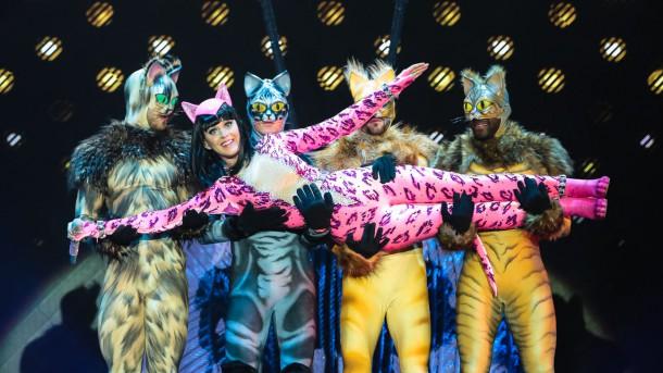 katy perry concert costume a l 610x343 Turné Katy Perry je prezentáciou dizajnérskych kostýmov