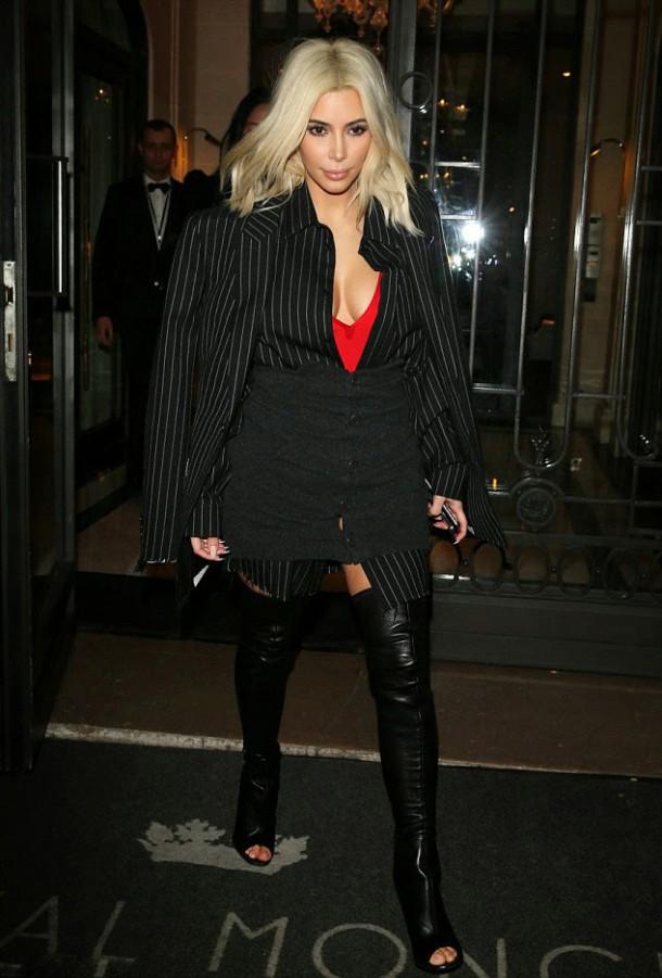6 Kim Kardashian Wests Paris Shopping Trip Pinstripe Ensemble and Givenchy Thigh High Peep Toe Boots 610x901 Najhoršie marcové outfity
