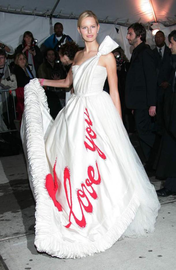 Karolina Kurkova 2005 Met Gala I Love You Chanel dress.jpg 610x935 Najhoršie šaty na Met Ball