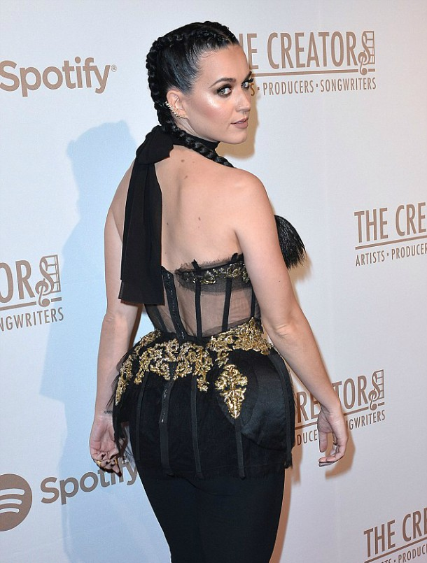 312FE4CE00000578 3446346 image m 210 1455435862939 610x805 Módny (s)hit: Rihanna a Katy Perry
