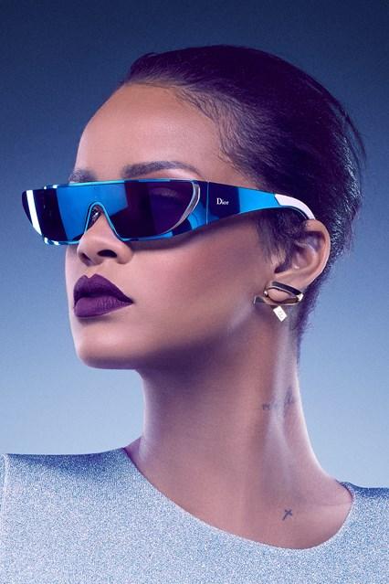 RIHANNA BLUE vogue 26may16 pr b 426x639 Rihanna opäť navrhovala