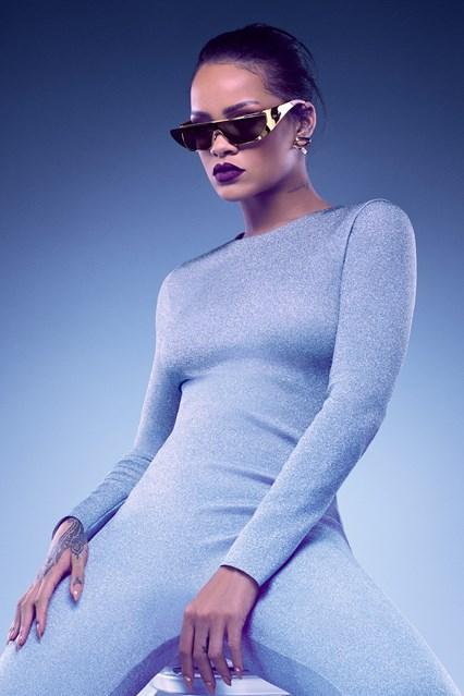RIHANNA GOLD vogue 26may16 pr b 426x639 Rihanna opäť navrhovala