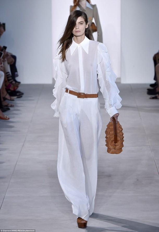 3859CC1200000578 3789419 Top Model Dasha Denisenko dressed all in white for the Michael K a 1 1473890279570 610x890 Modelka roka na zemi