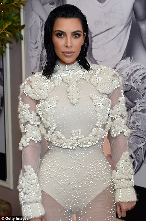 3EE2C18D00000578 4374306 The 36 year old wowed in a sheer white gown with cloud like deta m 45 1491205956684 Kim Kardashian na Fashion Awards v L.A.
