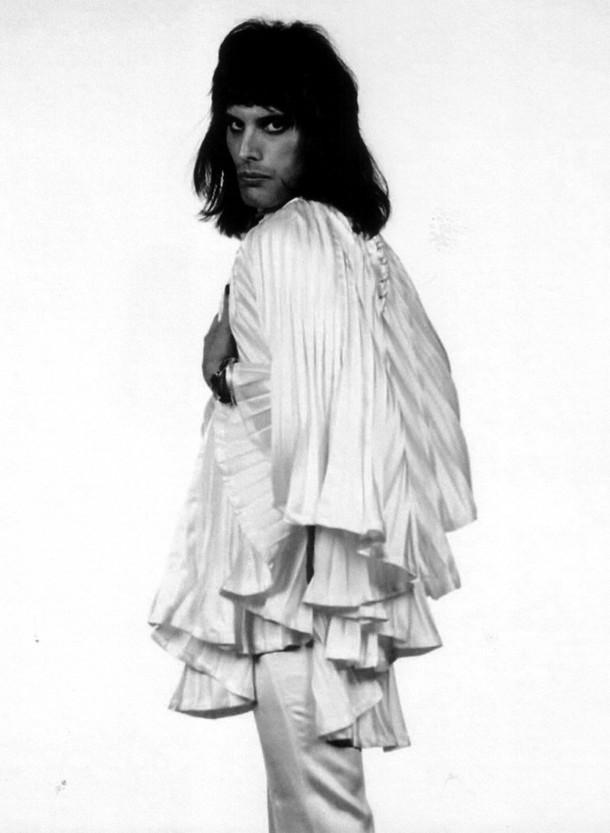 freddie mercury Zandra Rhodes 610x833 Freddie Mercury a jeho neobyčajný štýl