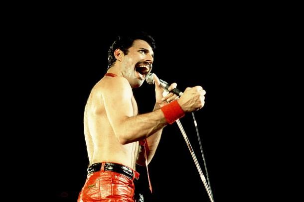 freddie mercury cerveny 610x406 Freddie Mercury a jeho neobyčajný štýl