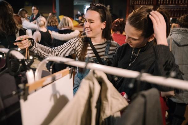 Lubo Baran SWAP KC Dunaj 27 1 2019 INSTA 055 610x406 Chceš zadarmo vymeniť staré oblečenie za nové? Swap je riešenie.