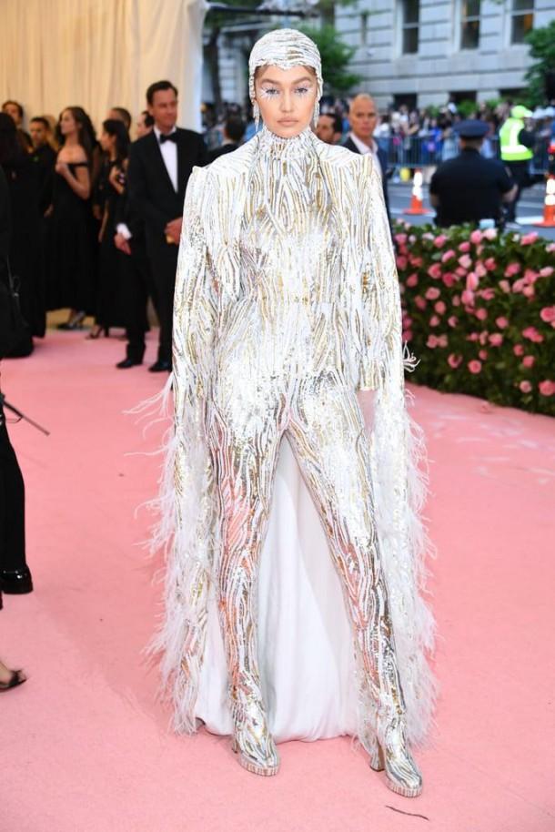 05 StajlSK Met Gala2019 Gigi Hadid 610x914 Kto zažiaril a kto práve naopak? Outfity Met Gala 2019